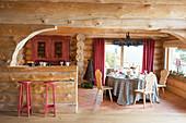 Blick auf Küchentheke und Esstisch im Blockhaus