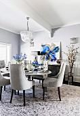 Glamouröses Esszimmer in Grautönen mit blauen Akzenten