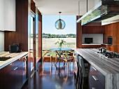 Essplatz vor dem Fenster in moderner Küche mit Holz und Marmor