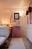 Weihnachtlich dekoriertes Bad mit gemütlicher Beleuchtung