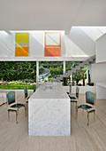 Marmortisch mit transparenten Stühlen im Barocklook