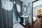 'Belle Epoque' Badezimmer-Flair mit Blick in Schlafzimmer