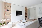 Moderne Schrankwand mit Fernseher im Wohnzimmer in Weiß und Beige