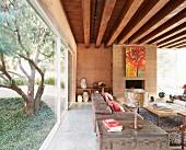 Wohnzimmer im Ethnostil mit Glasfassade zum Garten