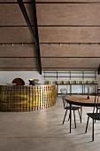 Runde Bar aus Metall im modern renovierten Weingut