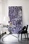 Elegantes, minimalistisches Home-Office mit schwarzem Lederstuhl, Glastisch und großformatigem Bild