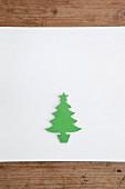 Weihnachtsbaum aus grünem Papier ausgeschnitten auf weißem Untergrund