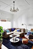 Kleines Wohnzimmer in Blau und Grau mit Kasettendecke