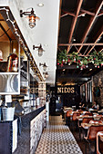 Restaurant im Industriestil mit hoher Decke und gemustertem Boden