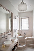 Schmales Bad mit gemauerter Dusche und Badewanne