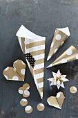 Selbstgebastelter Weihnachtschmuck: Fröbelstern, Origamiherzen und Spitztüten