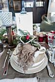Nostalgisch gedeckter Weihnachtstisch mit viel Deko