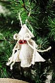 Christbaumanhänger in Tannenbaumform aus Jutestoff