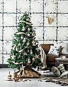 Geschmückter Weihnachtsbaum im Wohnzimmer mit Vintagewand