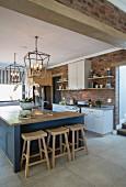 Zeitgenössische Landhausküche mit Kücheninsel und Ziegelwand
