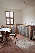Bauernstühle am Tisch in der Küche mit Terracottafliesenboden