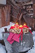 Adventskranz mit Kugelkerzen und getrockneten Apfelringen