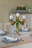 Mit Flammendem Käthchen dekorierter Kerzenständer