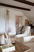 Wohnzimmer im nostalgischen Landhausstil mit Balkendecke