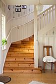 Holztreppe im Eingangsbereich im skandinavischen Landhausstil