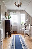 Durchgangszimmer im skandinavischen Stil mit klassischen Möbeln
