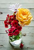 Sommerlicher Blumenstrauss in Glasvase