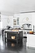 Große Landhausküche im amerikanischen Stil