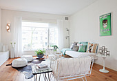 Helles Wohnzimmer mit weißen Möbeln und Holzboden