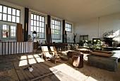 Ausstellungsraum mit verschiedenen Vintage Möbeln und Antiquitäten
