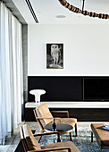 Armchairs with leather upholstery in front of the TV cabinet in the living room