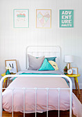 Metallbett im pastellfarben dekorierten Schlafzimmer