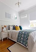 Schlafzimmer im Amerikanischen Stil mit Bretterwand