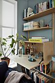 Barschrank in der modernen Wohnwand aus Holz