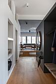 Flur mit gemauerten Regalen und Garderobe zum Wohnzimmer