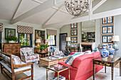 Elegantes Wohnzimmer im Englischen Stil mit offenem Dach