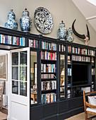 Asiatische Vasen und ein Tierschädel auf einer klassischen Wohnwand
