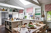 Esstisch in großer Landhausküche im Amerikanischen Stil