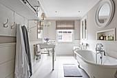 Klassisches Bad in Weiß und Beige mit halbhoch gefliester Wand