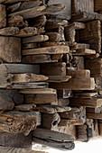 Nahaufnahme eines Kunstwerks aus Treibholzstücken