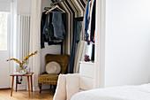 Begehbarer Kleiderschrank mit Streifentapete im Schlafzimmer