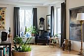 Sessel in der Ecke zwischen zwei Fenstern im großen Wohnzimmer