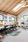 Verschiedene Möbel in Naturtönen in einem Haus mit offenem Dach