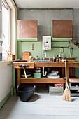 Alte Werkbank als Spültisch in der Küche mit alternativem Stil