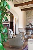 Zwei beigefarbene Sessel im mediterranen Wohnzimmer