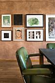 Grüner Retro Armlehnstuhl am Tisch, Bildergalerie im Hintergrund