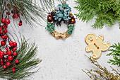 Weihnachtsplätzchen auf Holztisch mit Weihnachtsschmuck und weihnachtlich geschmücktem Strohkranz