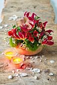 Rotes Gesteck mit Ruhmeskrone, Orchidee und Schönmalve