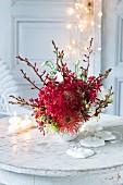 Roter Strauß aus Protea, Orchideen und Prärie-Enzian