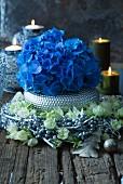 Blaue Hortensie im silber gefärbten Beerenkranz mit Yuccablüten