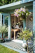 Mediterrane Pflanzen vor Gartenhäuschen